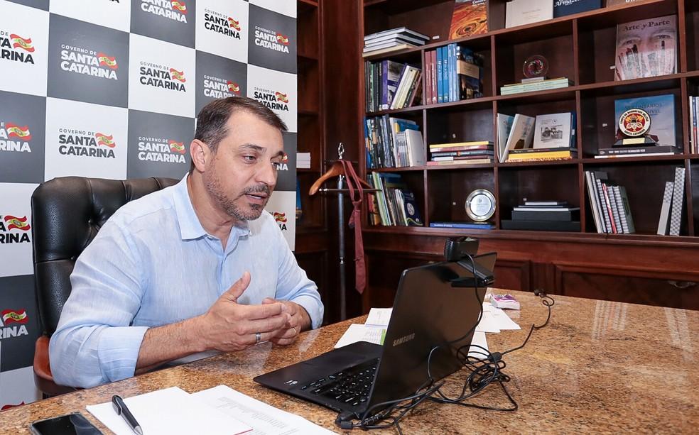 Governador de Santa Catarina, Carlos Moisés, durante webconferência — Foto: Mauricio Vieira/Secom/Divulgação