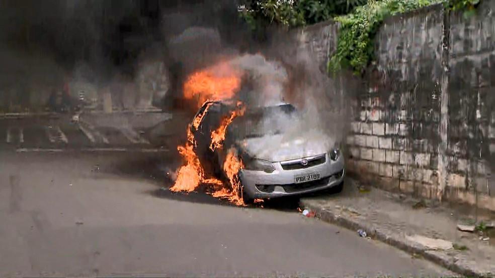 Carro de emissora de TV é incendiado em Vitória  — Foto: Reprodução/ TV Gazeta