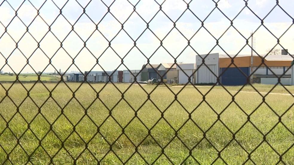 Investigação começou em Americana (SP), onde suspeito alugou hangar no aeroclube — Foto: Reprodução/EPTV