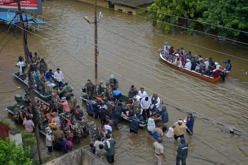 Em Maharashtra, exército ajudou no resgate da população — Foto: Reuters