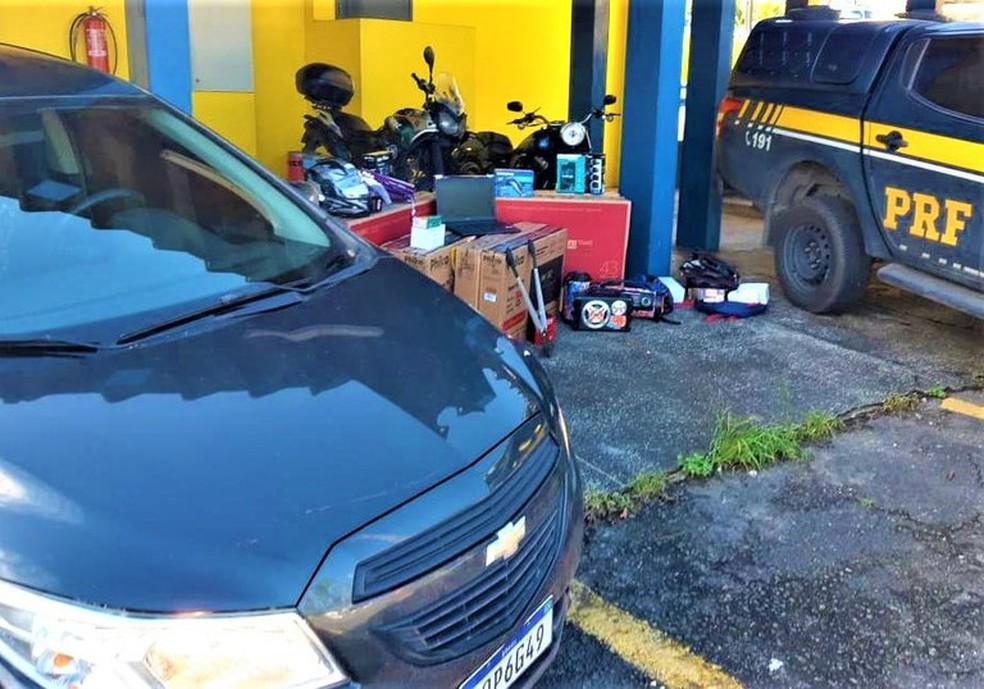 Quatros pessoas foram presas na BR-324 suspeitas de furtos a estabelecimentos comerciais— Foto: Divulgação/PRF