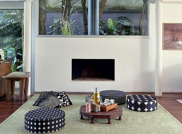 Neste projeto da arquiteta e paisagista Daniela Ruiz, os pufes ganham destaque na sala de lareira (Foto: Victor Affaro/Editora Globo)