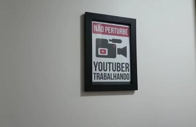 A youtuber transformou um dos quartos no espaço de trabalho do casal (Foto: Reprodução)
