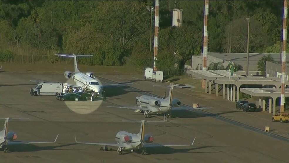 Bolsonaro embarca em avião para São Paulo — Foto: Reprodução/GloboNews