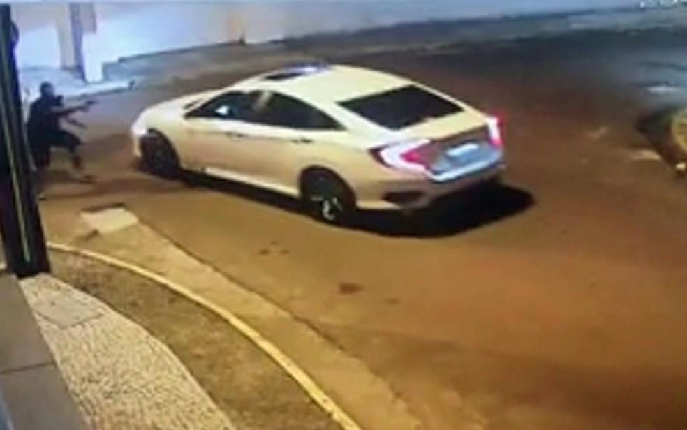 Câmera flagrou assalto em que motorista foi baleado no bairro de Boa Viagem, na Zona Sul do Recife, no dia 23 de fevereiro — Foto: Reprodução/WhatsApp