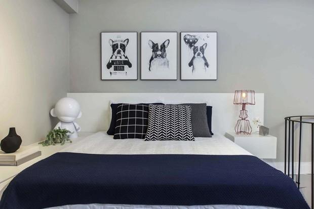 QUARTO | A cama e a cabeceira são da Marcenaria Promóveis, e a luminária vermelha ao lado da cama é da Marché Art de Vie. As almofadas são da Codex e a roupa de cama é de acervo pessoal. Os quadros, vasos e esculturas são da Dot Objetos e Marché Art de Vie.  (Foto: Mariana Orsi / Divulgação)