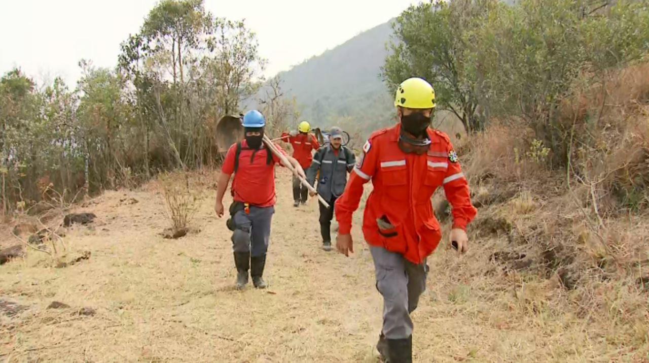 Bombeiros controlam incêndio que destruiu áreas de vegetação na Serra do Caracol, em Andradas