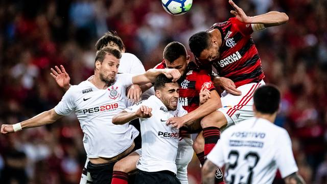 Flamengo alçou 32 bolas na área e conseguiu apenas cinco cabeçadas