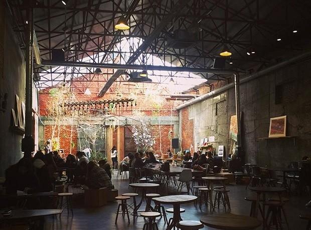 Seongsu-dong, em Seul, tem armazéns que foram reformados e servem como centros culturais (Foto: Reprodução/Instagram)