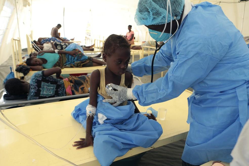 Criança recebe tratamento para cólera em centro da OMS, na cidade de Beira, em Moçambique — Foto: Tsvangirayi Mukwazhi/AP