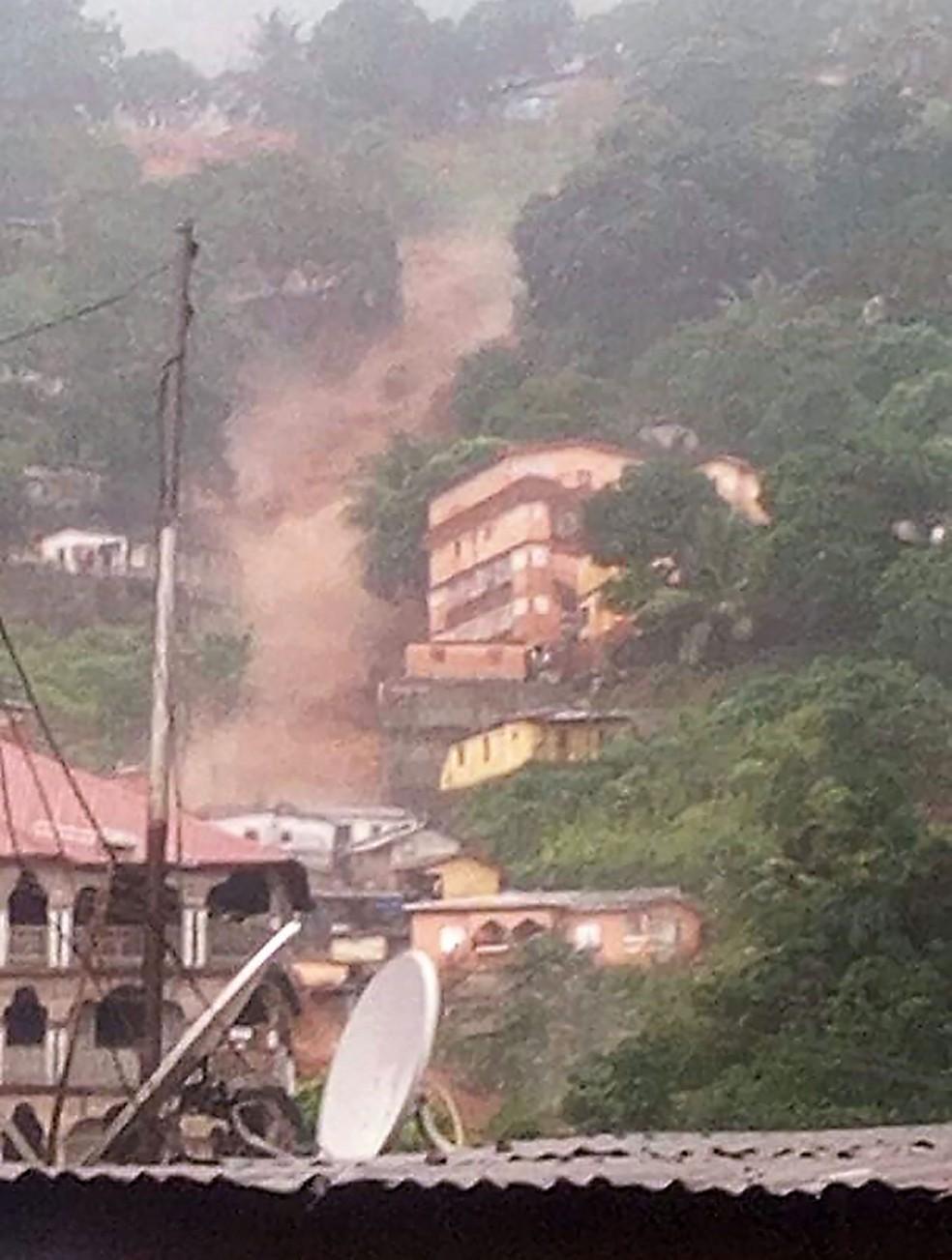 Foto mostra água descendo um barranco Regent, perto de Freetown, em Serra Leoa, nesta segunda-feira (14) (Foto: Society 4 climate change communication Sierra Leone / AFP)