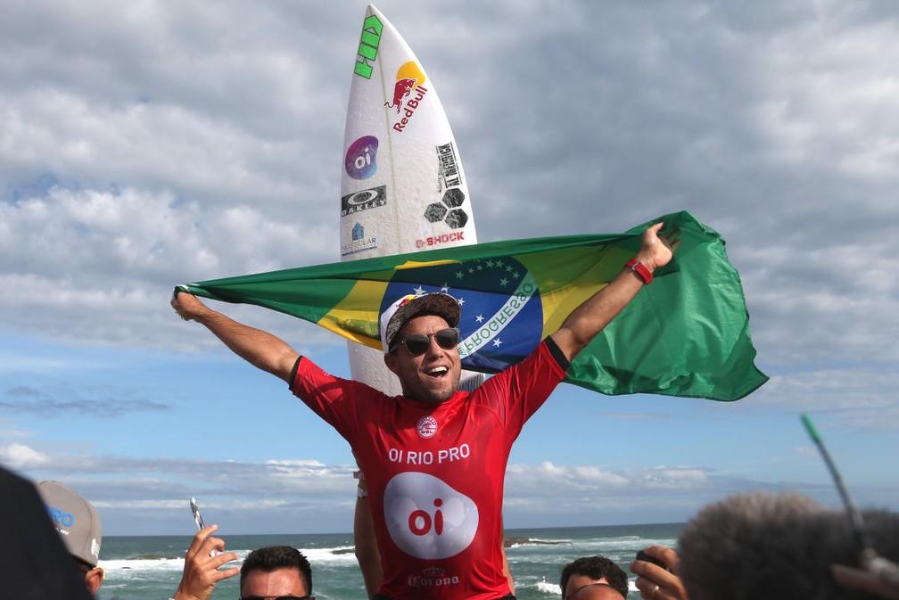 Adriano de Souza é erguido após ser campeão do Rio Pro em Saquarema (Foto: Daniel Smorigo/WSL)