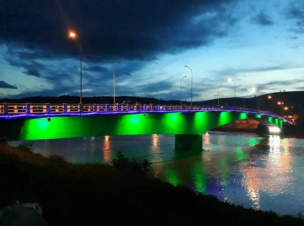Ponte que liga o Centro de Resplendor ao Bairro Nossa Senhora de Fátima recebeu decoração inovadora para o Natal (Foto: Elayne Alves/Arquivo Pessoal)