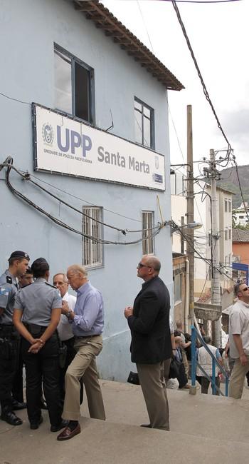 O então vice-presidente conversa com policiais da UPP Dona Marta