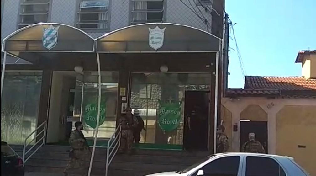 Policiais federais chegam a hotel onde mora o advogado Zanone — Foto: Aline Aguiar/Globo