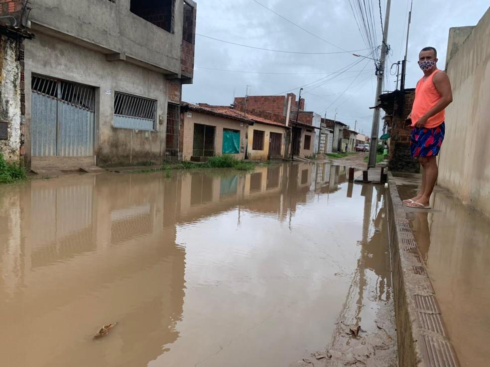 Rua Getsêmane, no bairro Pajuçara, fica alagada após chuva em Natal — Foto: Anna Alyne Cunha/Inter TV Cabugi