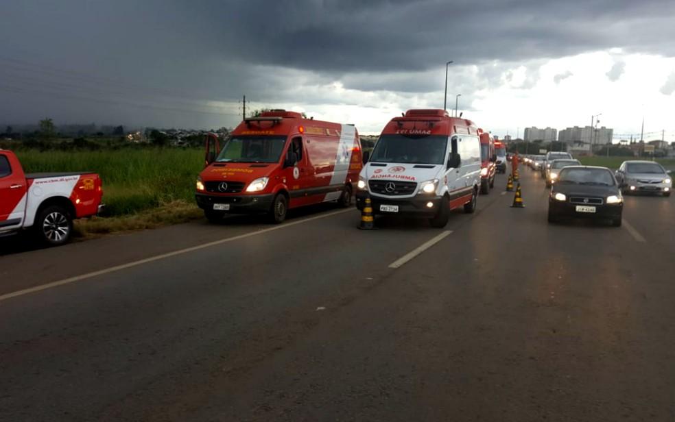 Trânsito parcialmente interditado após batida entre carros na BR-070, em Brasília (Foto: Thadeu Prado/TV Globo)