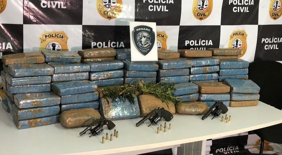 Tabletes de maconha e armas apreendidas em Vitória do Mearim, no Maranhão — Foto: Divulgação/Polícia Civil