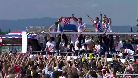 Croácia é recebida com festa no retorno ao país após vice-campeonato
