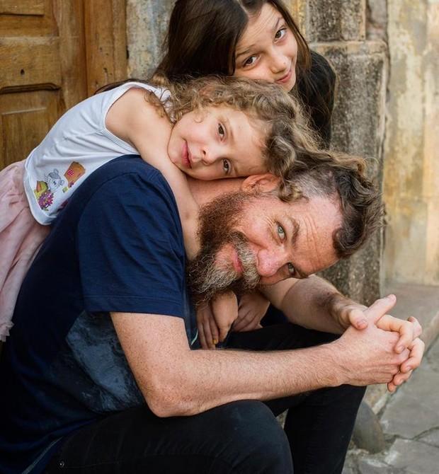 Marcos Piangers com as filhas Aurora, 13, e Anita, 6 (Foto: Reprodução Facebook)
