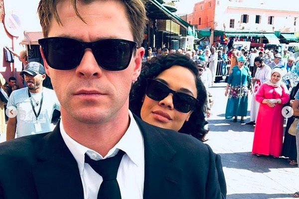 Chris Hemsworth no set do quarto filme da franquia Homens de Preto com a atriz Tessa Thompson  (Foto: Instagram)
