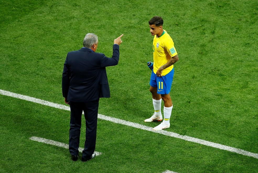 Philippe Coutinho recebe instruções de Tite no duelo contra a Suíça (Foto: Reuters)
