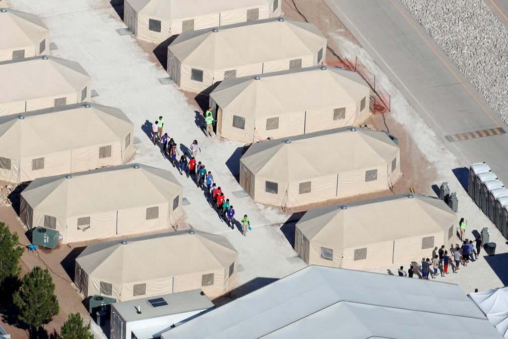 Crianças imigrantes, muitas das quais separadas de seus pais sob a política de 'tolerância zero' são abrigadas em tendas instaladas em Tornillo, no Texas, perto da fronteira com o México, em foto de 2018 — Foto: Mike Blake/Reuters