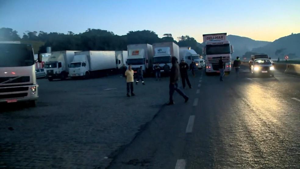 Caminhoneiros pararam na BR-101, em Viana, durante protesto — Foto: Reprodução/TV Gazeta