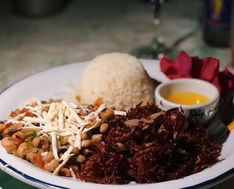 Beijupirá: maracatu de charque (carne-seca desfiada, frita na manteiga com cebola, farofa de jerimum, feijão verde com queijo coalho e arroz branco)