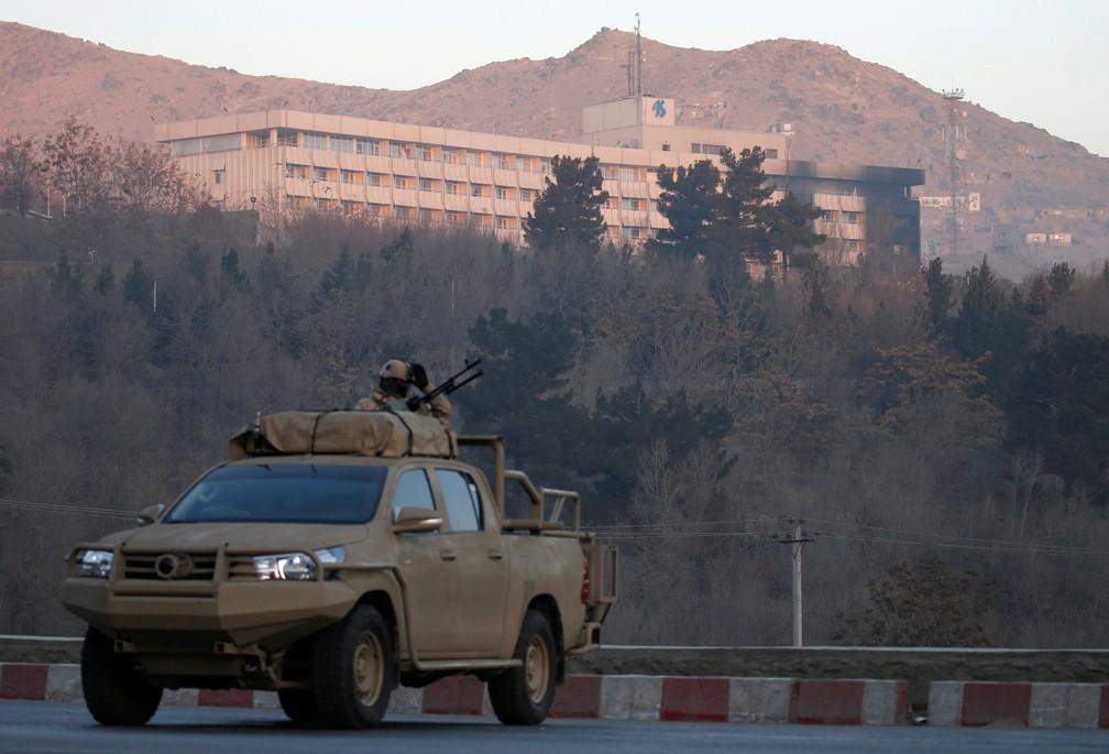 Parte do Hotel Intercontinental foi incendiado durante ataque em Cabul, capital do Afeganistão (Foto: Mohammad Ismail/Reuters)