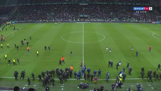 """Torcida do Lyon """"repete"""" comemoração de Fekir para apoiar o jogador"""