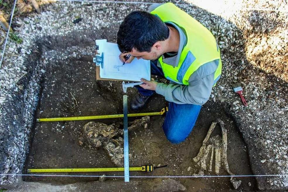 Arqueólogos acharam esqueletos a 60 centímetros de profundidade — Foto: Raquel Schwengber/Divulgação