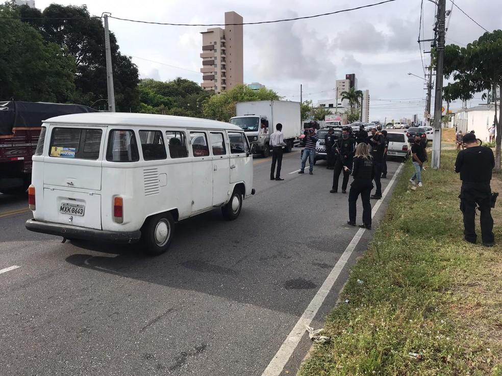 Comerciante foi morto a tiros durante assalto na avenida Jaguarari, em Natal. — Foto: Kleber Teixeira/Inter TV Cabugi