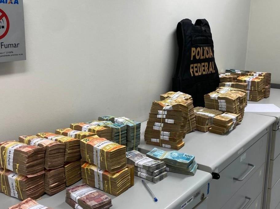 Suman e secretário tinham dinheiro escondido em três endereços e em caixas de máscaras na Prefeitura de Guarujá, aponta PF