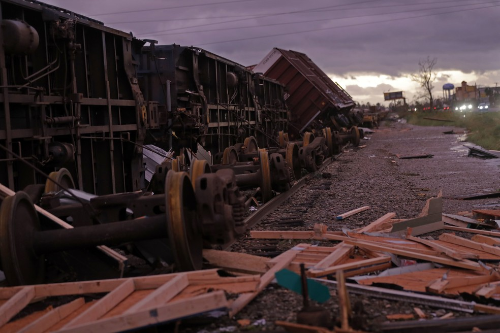 Vagões de trem descarrilaram após passagem do furacão Michael em Panama City, na Flórida — Foto: Gerald Herbert/AP Photo