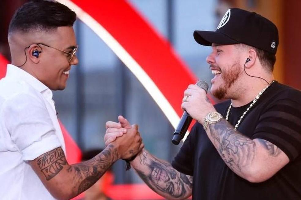 Felipe Araújo (esquerda) e Ferrugem no clipe de 'Atrasadinha' — Foto: Divulgação