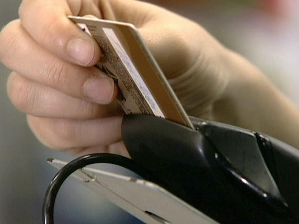 Juros do cartão de crédito chegaram a 459,53% ao ano em novembro (Foto: Reprodução Globo News)