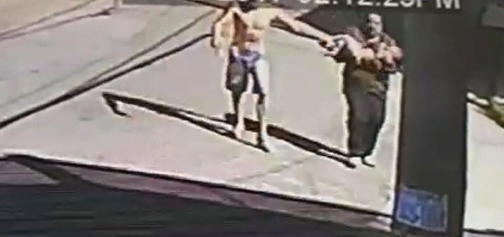 Pai corre com o filho atingido por bala perdida em meio a tiroteio em SP (Foto: TV Globo/Reprodução)