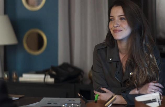 Na terça (24), Fabiana (Nathalia Dill) jogará Josiane (Agatha Moreira) pela janela da fábrica (Foto: Reprodução)