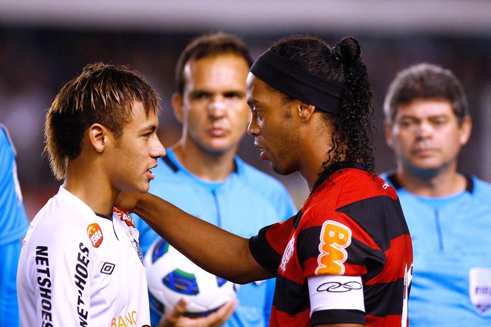 Neymar e Ronaldinho Gaucho se encontram em duelo Santos e Flamengo — Foto: Agência Estado