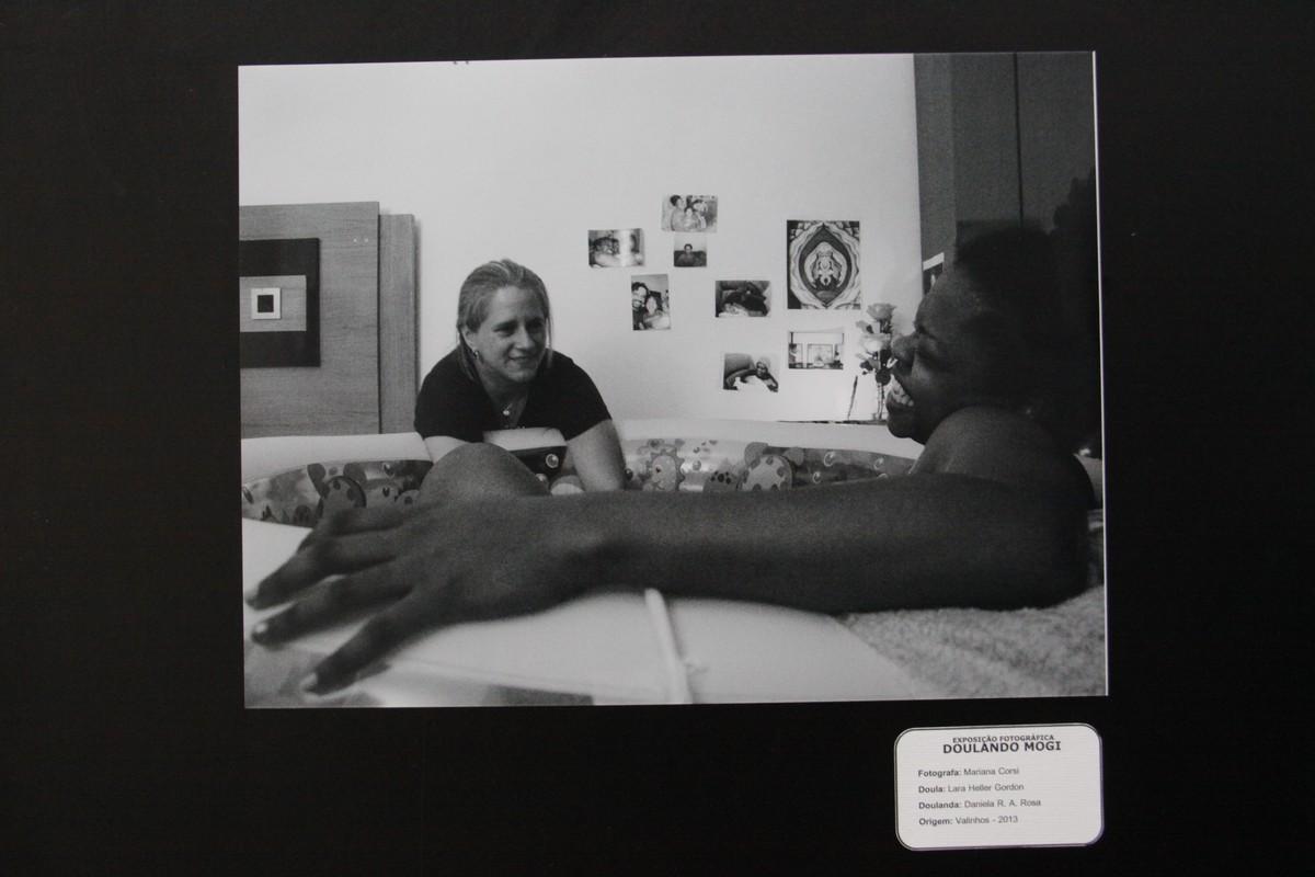 Exposição em Mogi mostra rotina de doulas, que ajudam mães durante trabalho de parto
