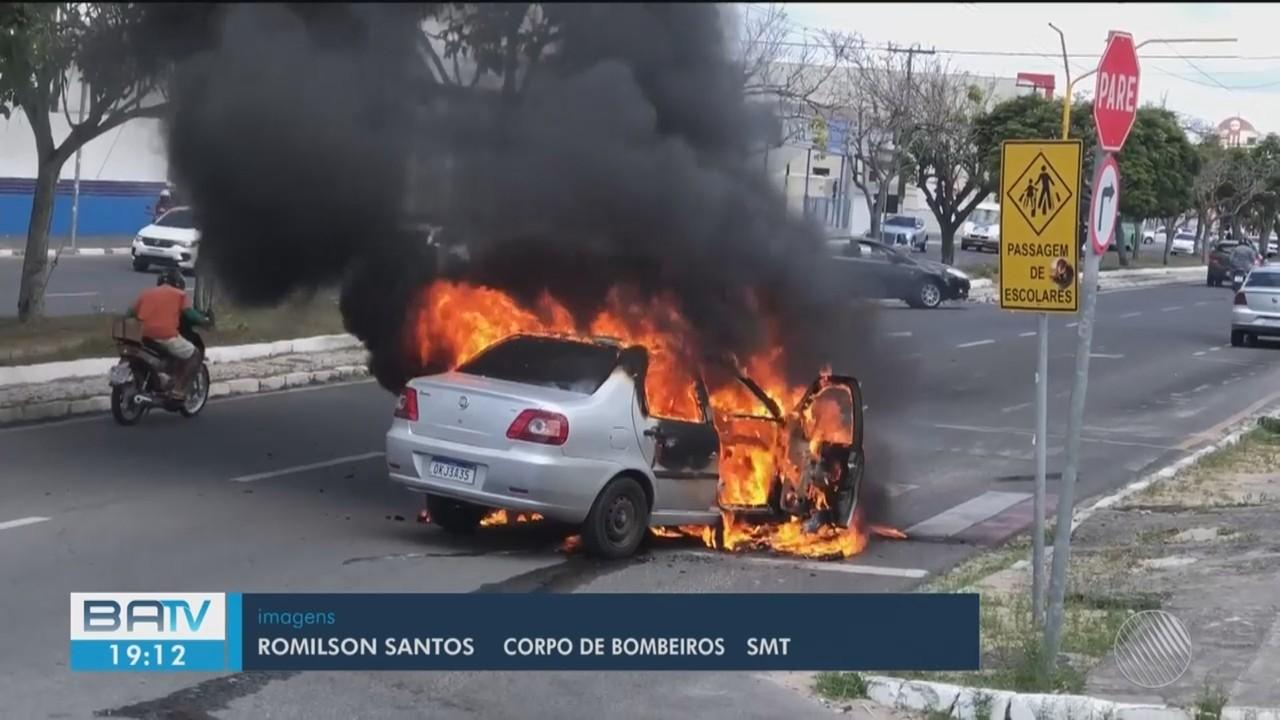 Carro pega fogo na Av. Maria Quitéria, em Feira de Santana