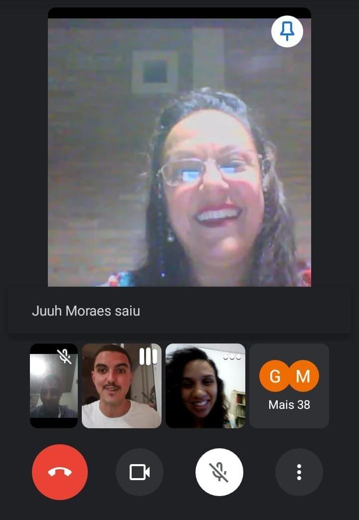 Videochamada reúne ex-alunos de vários países para 'matar saudade' de professora do ensino médio