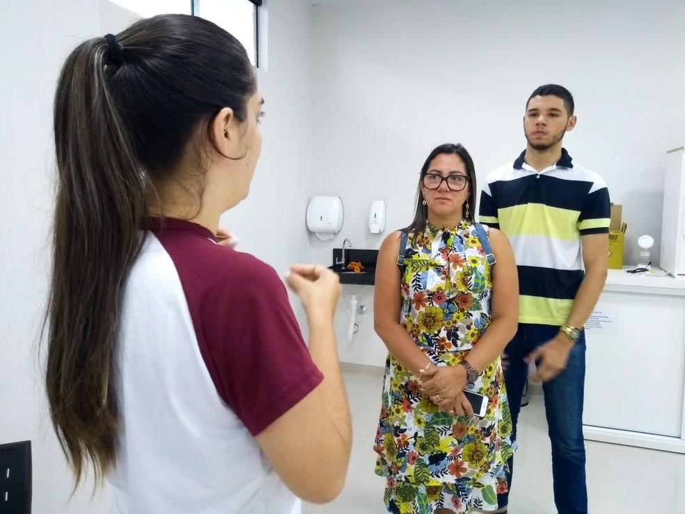 José Aldo e a mãe conhecem laboratórios da faculdade. No mesmo dia, ele participou de sua primeira aula  — Foto: Aline Lopes