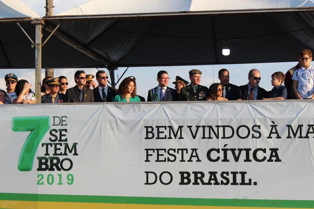 Governador Marcos Rocha e primeira-dama Luana Rocha assistiram o desfile em um palanque com diversas autoridades — Foto: Diêgo Holanda/G1