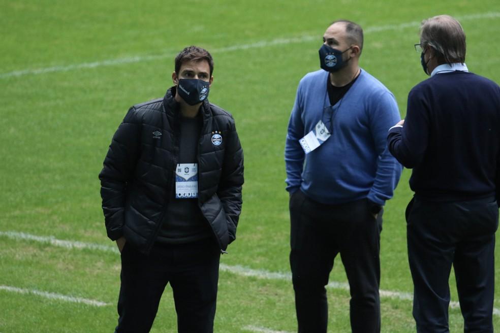 Diego Cerri (esq.) ao lado de Carlos Amodeo, CEO do Grêmio, e Marcos Herrmann, vice de futebol — Foto: Lucas Bubols/ge.globo