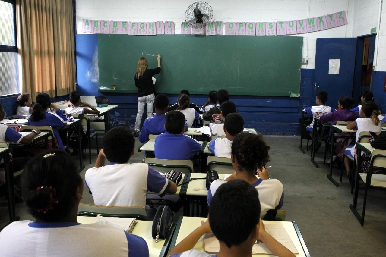 Alunos da rede municipal de Santos, SP, com 75% de frequência escolar serão aprovados automaticamente