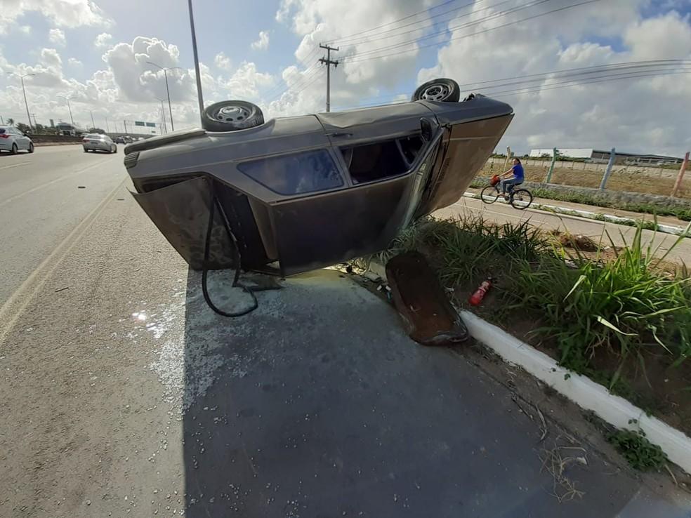 Veículo capota na BR-304, na região metropolitana de Natal — Foto: Kleber Teixeira/Inter TV Cabugi