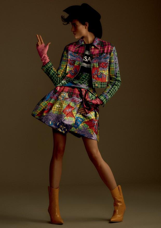 Jaqueta, R$ 8.800, camiseta, R$ 1.990, e saia, R$ 23.150, tudo Versace. Luvas, a partir de R$ 4.150, Chanel; botas, R$ 4.900, Fendi. (Foto: Hick Duarte)