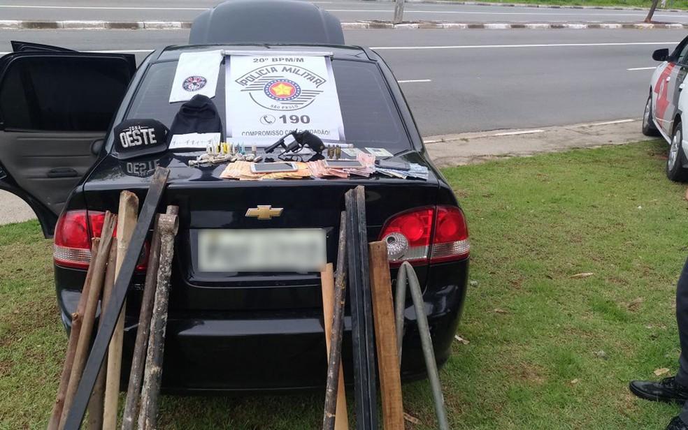 Carro de corintianos presos com paus, barra de ferro, arma e drogas antes do jogo com o Palmeiras (Foto: Divulgação/PM)